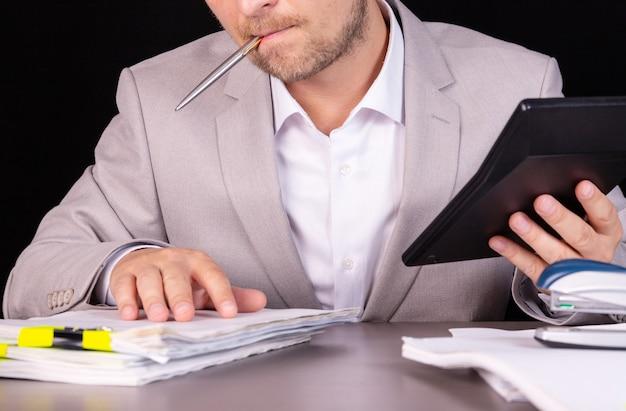 Geschäftsmann mit stift, konzept der berechnung und budgetplanung