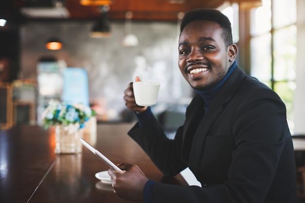 Geschäftsmann mit tablet-computer im café