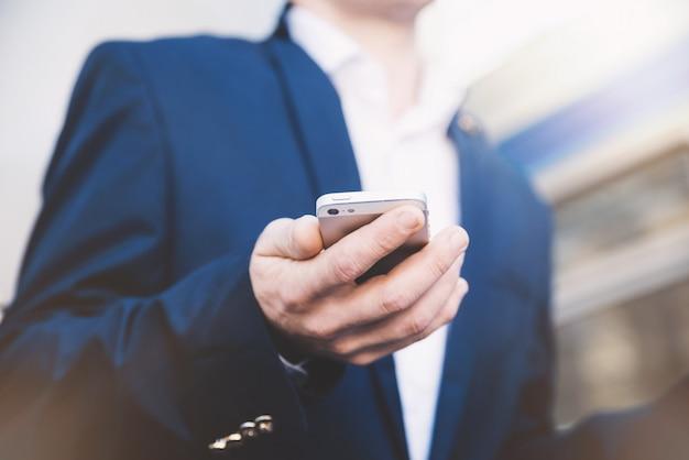 Geschäftsmann mit telefon in der hand
