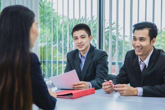 Geschäftsmann mit zwei asiaten reichen zusammenfassung zum arbeitgeber ein, um bewerbung, vorstellungsgesprächkonzept zu wiederholen