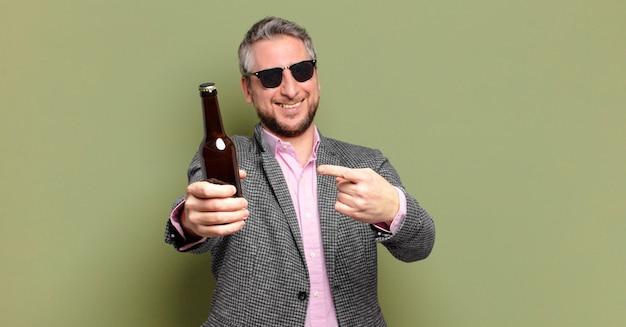 Geschäftsmann mittleren alters, der ein bier hat