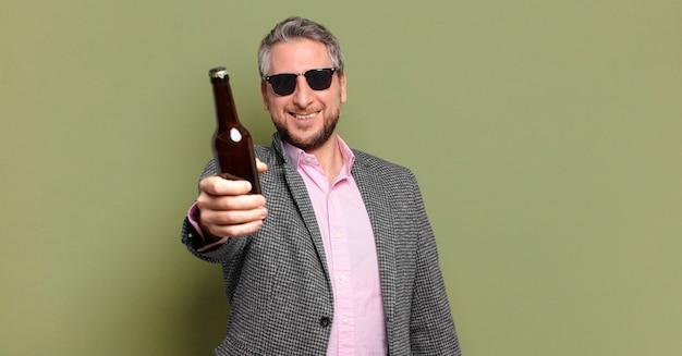Geschäftsmann mittleren alters, der ein bier trinkt