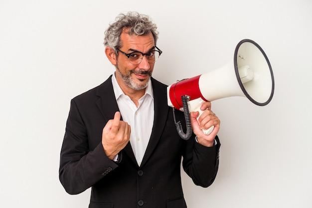 Geschäftsmann mittleren alters, der ein megaphon isoliert auf weißem hintergrund hält und mit dem finger auf sie zeigt, als ob er einladen würde, näher zu kommen.