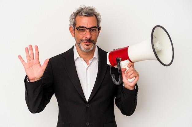 Geschäftsmann mittleren alters mit einem megaphon isoliert auf weißem hintergrund lächelnd fröhlich zeigt nummer fünf mit den fingern.