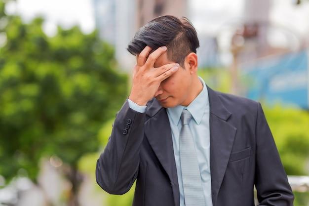 Geschäftsmann müde oder nach seiner arbeit gestresst.