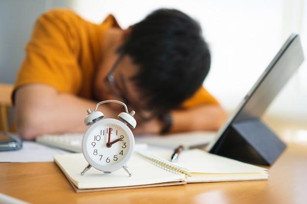 Geschäftsmann müde von der arbeit mit digitalen tablet und überstunden