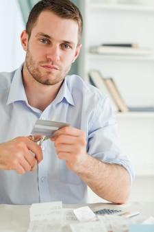 Geschäftsmann muss seine kreditkarte loswerden