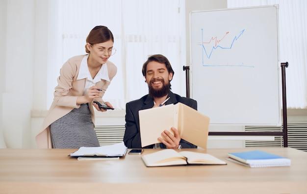 Geschäftsmann neben sekretär arbeit kommunikationsteam finanzen