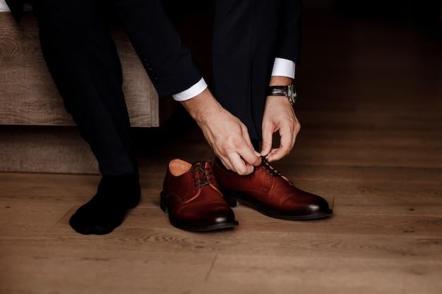 Geschäftsmann oder bräutigam, der klassische elegante schuhe trägt.