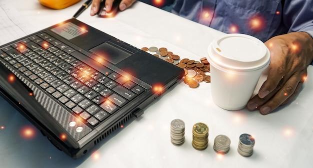 Geschäftsmann oder makler, der einen computer-laptop betrachtet und über die börse analysiert
