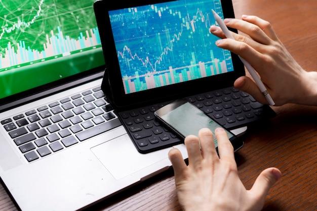 Geschäftsmann oder makler, die aktien per telefon beobachten