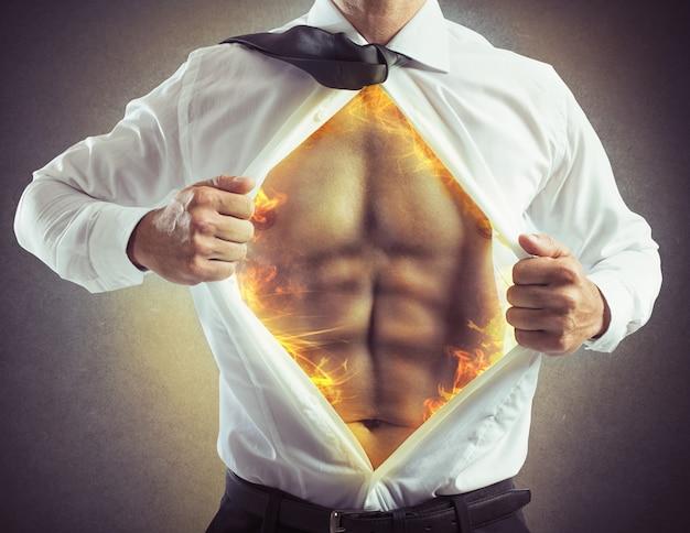 Geschäftsmann öffnet hemd mit bauchmuskeln des feuers