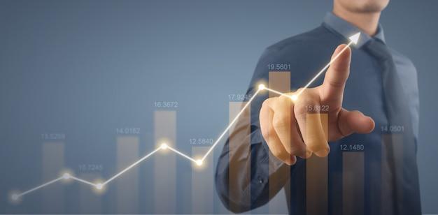 Geschäftsmann plant diagrammwachstum und zunahme der positiven indikatoren in seinem geschäft