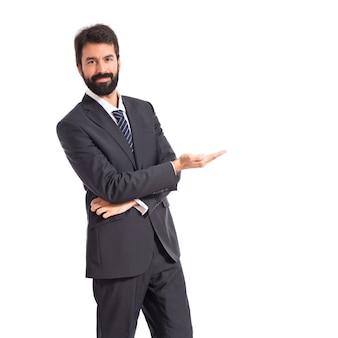 Geschäftsmann präsentiert etwas über isolierten weißen hintergrund