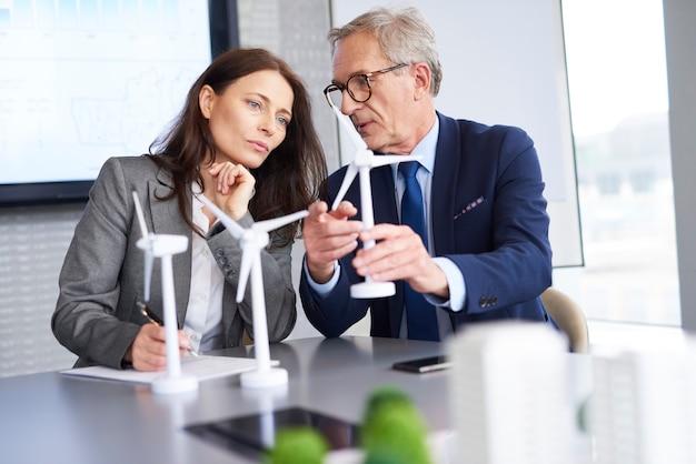 Geschäftsmann präsentierte neue lösungen für alternative energien