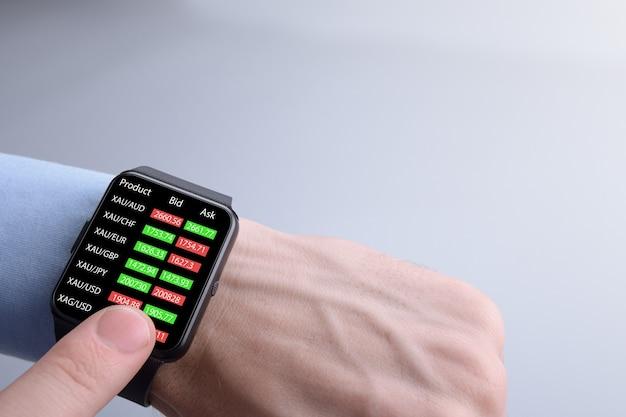 Geschäftsmann prüft devisenhandel, börsenkurs von smartwatch