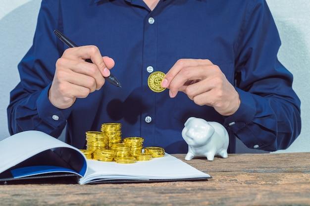 Geschäftsmann prüft kontodokumente und geldsparende ideen auf dem tisch