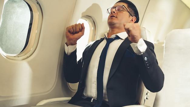 Geschäftsmann reisen auf einer geschäftsreise mit dem flugzeug