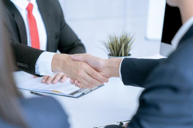 Geschäftsmann rütteln hände stimmen erfolgsabkommen des verkaufsvertrags des großen loses zu