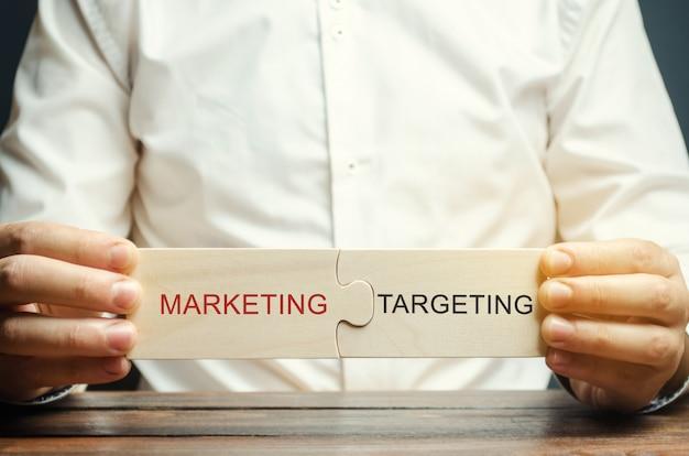 Geschäftsmann sammelt puzzlespiele marketing - targeting