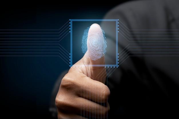 Geschäftsmann scannt biometrische identität und genehmigung des fingerabdrucks. sicherheitskonzept für geschäftstechnologie.