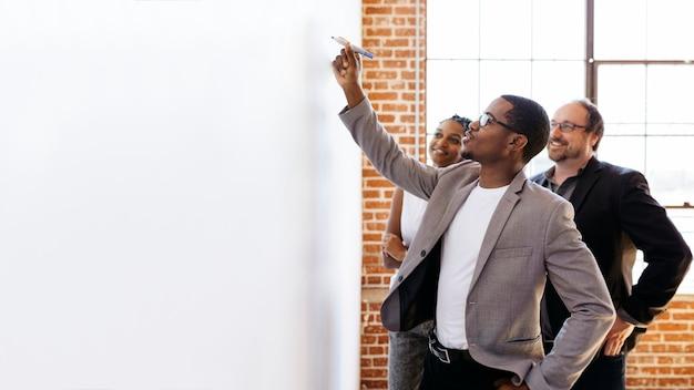 Geschäftsmann schreibt auf einem whiteboard
