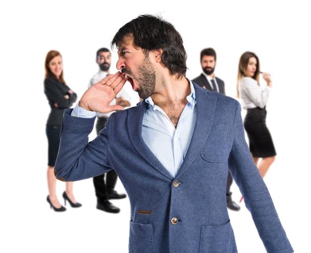 Geschäftsmann schreit über isolierten weißen hintergrund