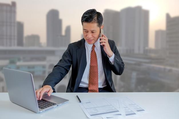 Geschäftsmann sehr beschäftigt.