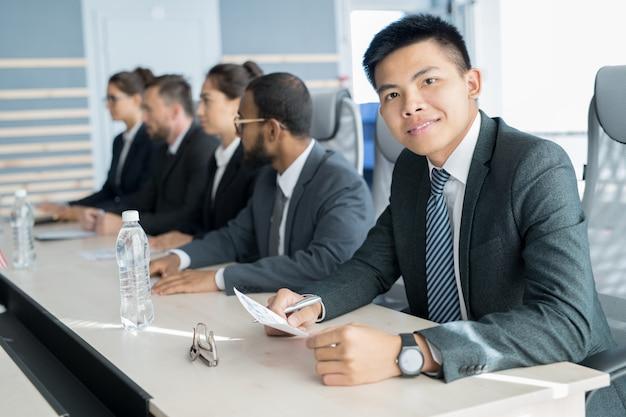 Geschäftsmann sitzt am seminar
