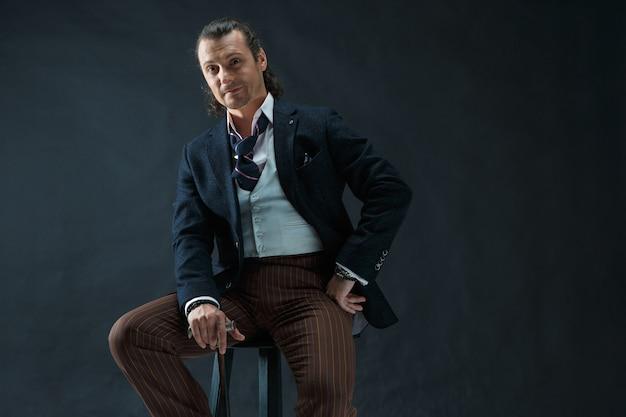 Geschäftsmann sitzt auf einem sessel
