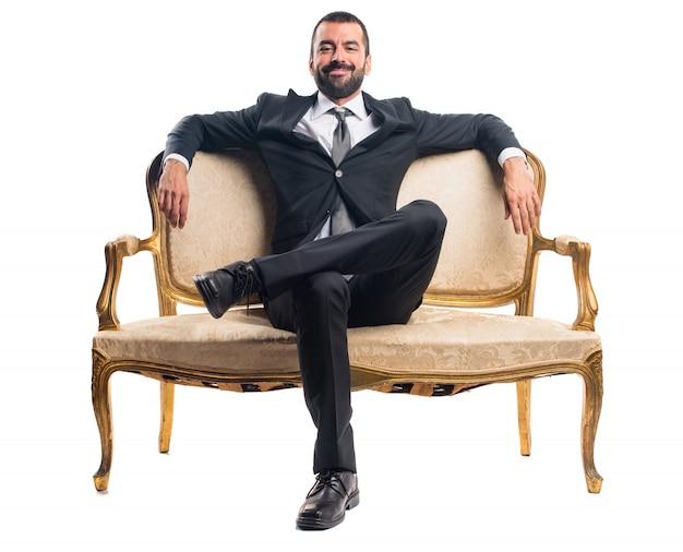 Geschäftsmann sitzt auf sessel