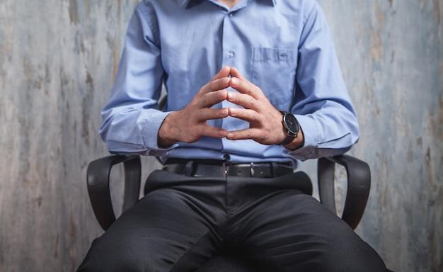 Geschäftsmann sitzt im büro. geschäftsleute