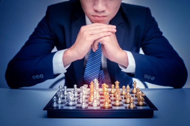 Geschäftsmann spielt schach, geschäftsführungsstrategiekonzept