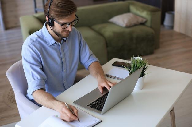 Geschäftsmann spricht per videoanruf mit kollegen über online-briefing während der selbstisolation und quarantäne. grippeepidemie und covid-19