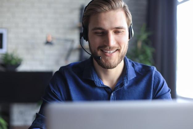 Geschäftsmann spricht per videoanruf mit kollegen über online-briefing während der selbstisolation und quarantäne. grippeepidemie und covid-19.
