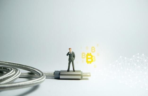 Geschäftsmann steht auf einem usb-typ c. bitcoin-kryptowährungskonzept.