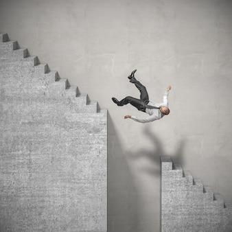 Geschäftsmann steigt die treppe hinauf und fällt an eine gefährliche stelle.