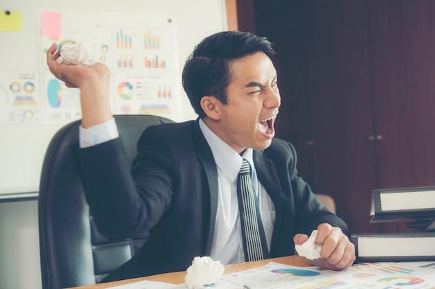 Geschäftsmann stress und zerknittertes papier