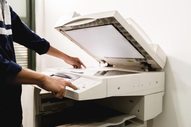 Geschäftsmann tastatur hand auf dem panel-drucker, drucker, scanner, laserkopierer, büroausstattung, konzept, beginnen zu arbeiten