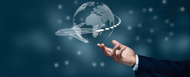 Geschäftsmann touch flugzeug verbinden, um weltkarte zu planen