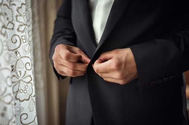 Geschäftsmann trägt eine jacke. politiker, männerstil, männliche handnahaufnahme, amerikanischer, europäischer geschäftsmann, geschäfts-, mode- und bekleidungskonzept Premium Fotos