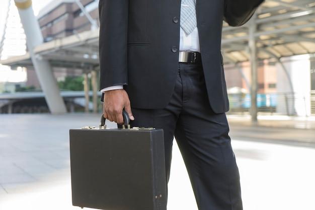 Geschäftsmann trägt seine aktentasche und geht zur arbeit.