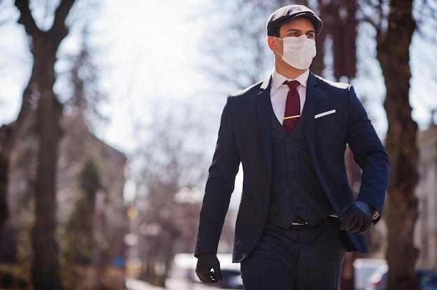 Geschäftsmann tragen auf anzug mit medizinischer gesichtsmaske. mers-cov, neuartiges coronavirus 2019-ncov