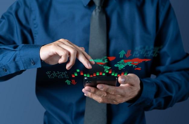 Geschäftsmann überprüft kerzenständer-diagramm von der weltbörse