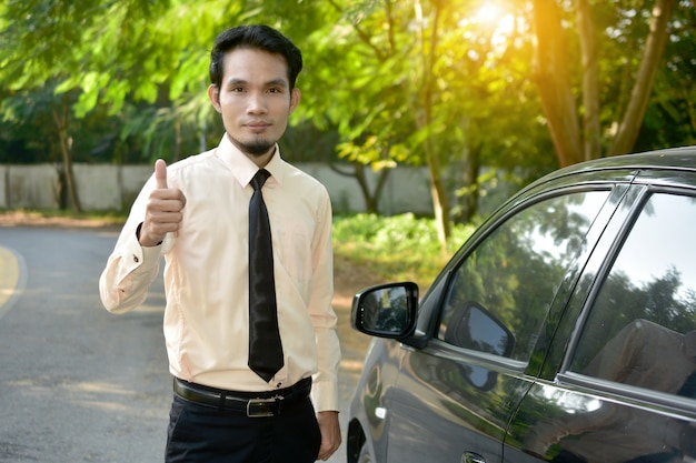 Geschäftsmann und auto parkten auf straße, versicherungsmarketingkonzept