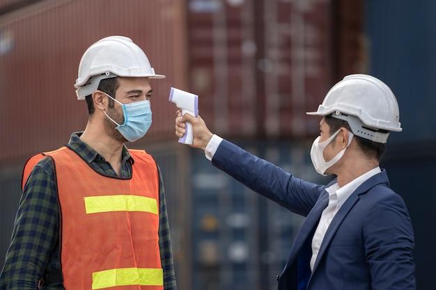 Geschäftsmann und fabrikarbeiter, der medizinische masken trägt