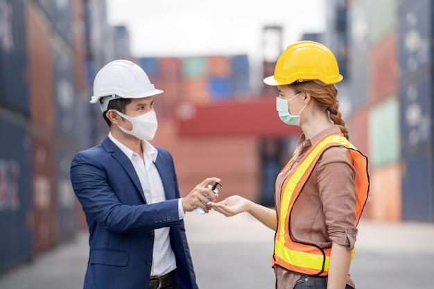 Geschäftsmann und fabrikarbeiter tragen eine medizinische maske und ein sicherheitstuch