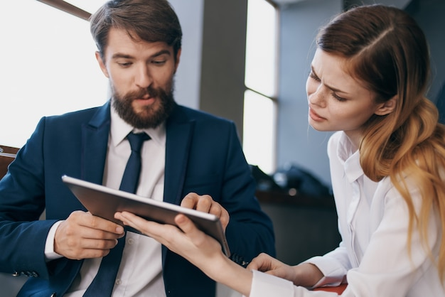 Geschäftsmann und frau arbeiten mit einem tablet-beamten-teamwork