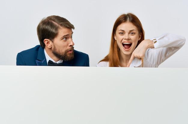 Geschäftsmann und frau billboard marketing spaß emotionen isoliert hintergrund