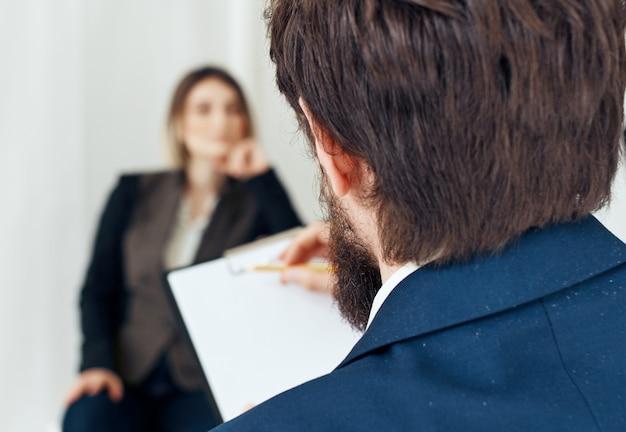 Geschäftsmann und frau, die auf der couchkommunikation sitzen und vorstellungsgespräch einstellen